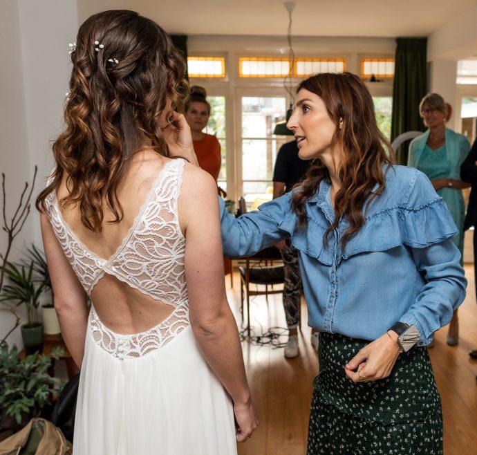 Bruidskapsel en bruidsmake-up Esther (foto www.firstlookfotografie.nl)